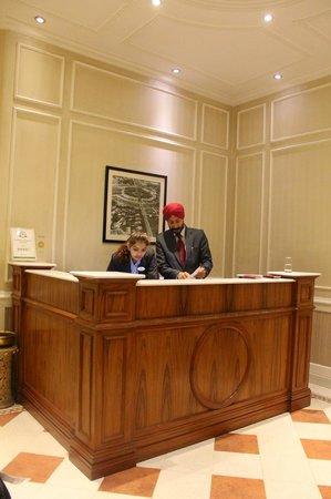 Hotel Bright: Front desk