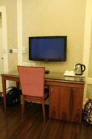 Hotel Bright: Working table, Television with Complimentary Coffee & Tea