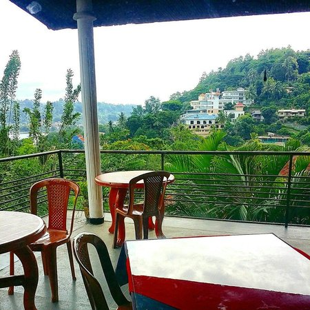 The Drop Inn: Wonderful view of Kandy from the balcony