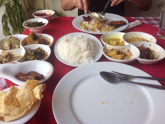 Lucky Fort Restaurant: 10 curries and rice