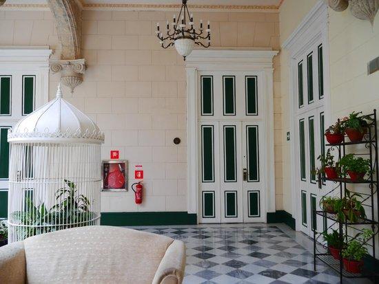Hotel Florida: Patio devant la chambre 19