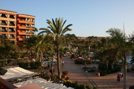 H10 Costa Adeje Palace: zicht op de tuin en zwembaden