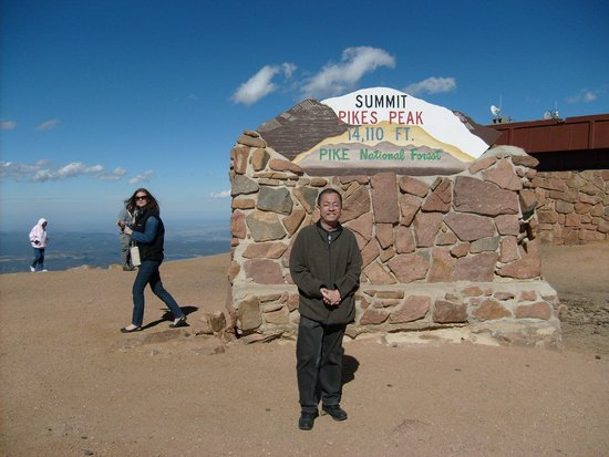 Pikes Peak Cog Railway : One of the altitude signs on top (the one at the back)
