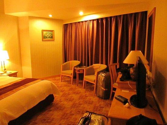 Century Plaza Hotel: Kamar tidur cukup lega.