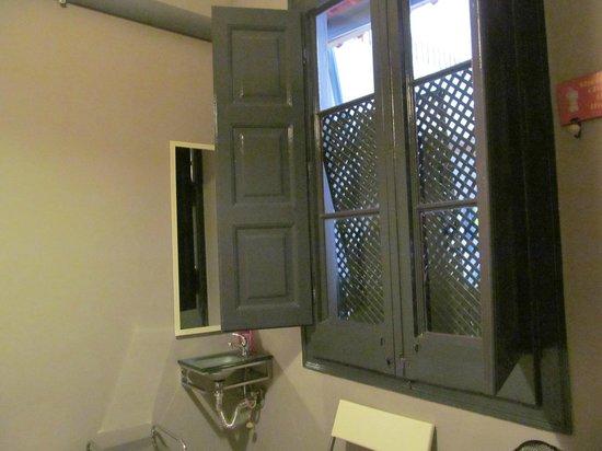 ELLA Hostel Barcelona : Вид из окна