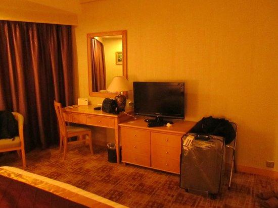 Century Plaza Hotel: Beberapa saluran bahasa Inggris tersedia, termasuk CNN.