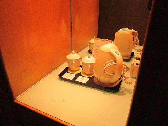 Century Plaza Hotel: Peralatan kopi diatur dengan manis.