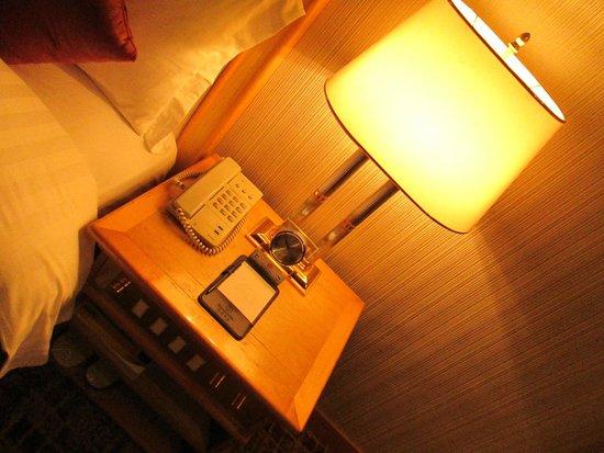 Century Plaza Hotel: Lampu baca yang cukup terang di samping tempat tidur.