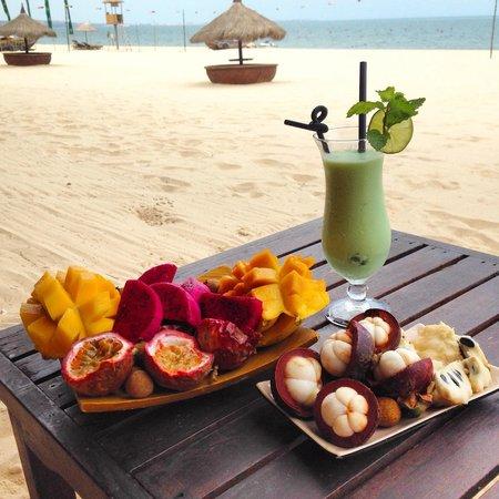Cham Villas: Местные фрукты и коктейль пляжного бара