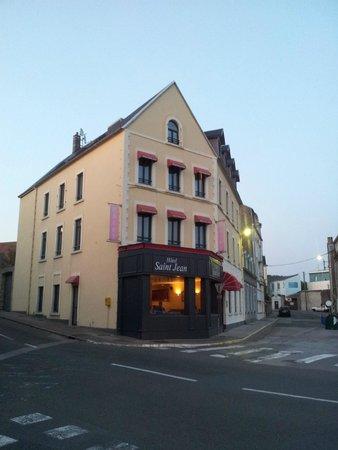 Hotel Saint Jean: вид с улицы