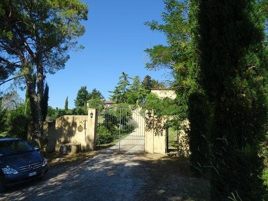 Torraccia di Chiusi: View at the agriturismo from outside the gate