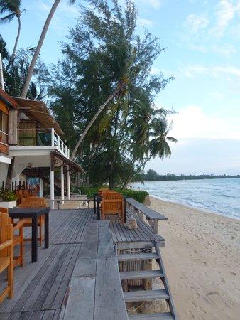 Lipa Lodge Beach Resort: Decking