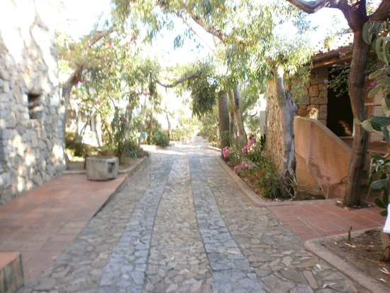 Arbatax Park Resort - Borgo Cala Moresca : Une vue des chemins