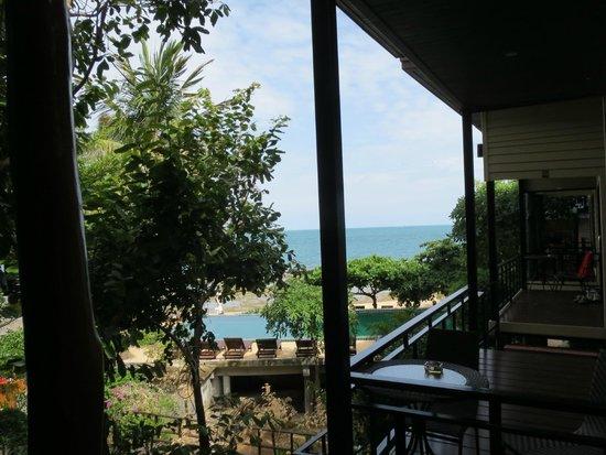 Haad Gruad Beach Resort & Spa: Udsigt fra vores værelse, hvor man kan se pool og havet