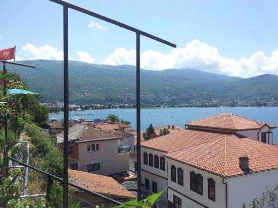 Grebnos Stone-house Apartments : Uitzicht op de boulevard vanaf balkon