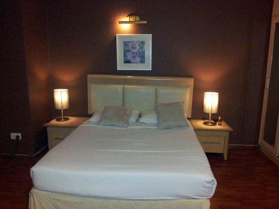 D-Villa Residence Hotel: Lit dans chambre des parents