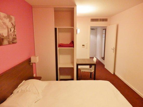 Adagio Access Strasbourg Petite France: Le lit, le placard et l'entrée.