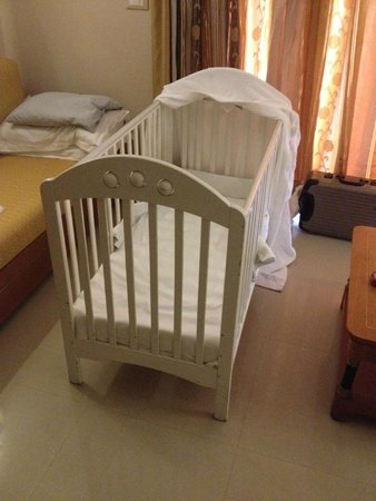 Atlantica Sensatori Resort Crete: Good sized cot for 18 months old