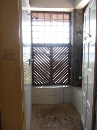 Young Island Resort: Open-air shower