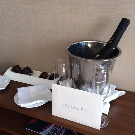 Fairmont Miramar Hotel & Bungalows: Gift champagne and strawberries