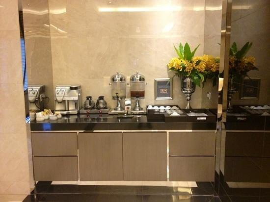 Centre Point Hotel Chidlom: Lobby complimentary welcome drink corner for guests - Tea, Coffee, Thai Herbal Juice