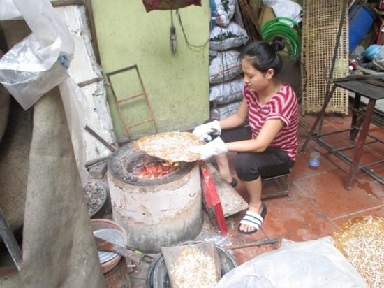 Vietnam Awesome Travel: finishing the rice cracker