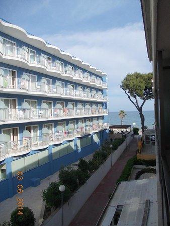 Hotel Augustus: Вид с балкона апартаментов на основной корпус отеля и море