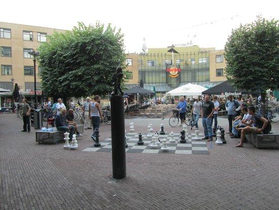 Max Euwe Centrum : Het grote schaakspel en het beeld