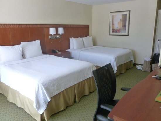 Courtyard Merced: Clean bedroom, which is expected for a hotel that carries the Marriott brand.