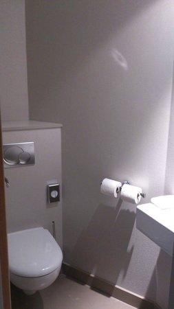 Hotel Oceania : Toilettes séparées avec lave-main