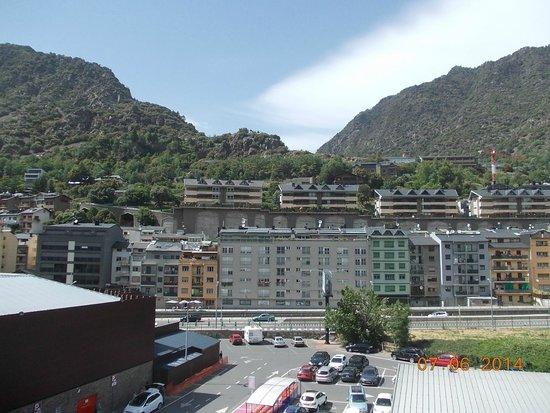 Hotel Pitiusa: Вид из номера (в левом нижнем углу - супермаркет)