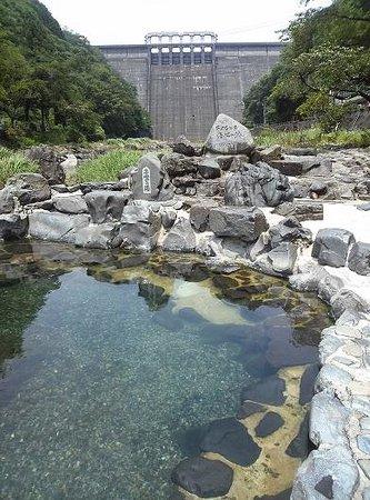 Yubara Onsen : 場所は湯原ダムの下の川沿いです