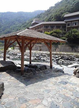 Yubara Onsen : 長寿の湯は屋根あり。でも開放的すぎ。