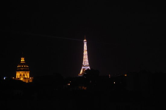 K+K Hotel Cayre: Eiffel tower from the window at night