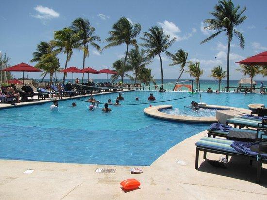 Azul Beach Resort The Fives Playa Del Carmen: Daily water volleyball!