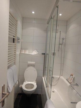 Hotel Rothaus: Nice bath--NOTE: no amenities except shower gel/soap