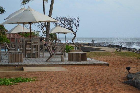 Ranweli Holiday Village: taras widokowy skierowany na ocean- wieczorem zostaje wlaczone oswietlenie fal oceanu :D