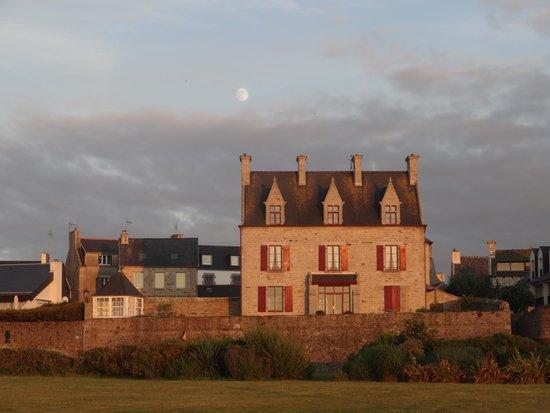Hôtel Brittany & Spa : Roscoff - promenade le soir