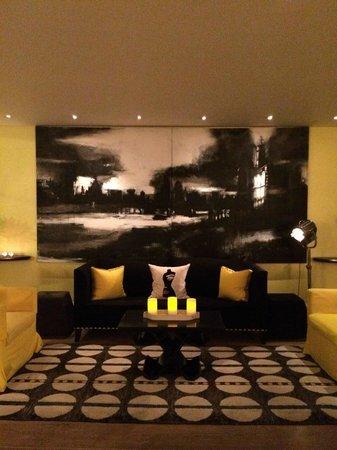 Haymarket Hotel: Saguão do hotel: um espetáculo! Amplo,elegante,acolhedor.