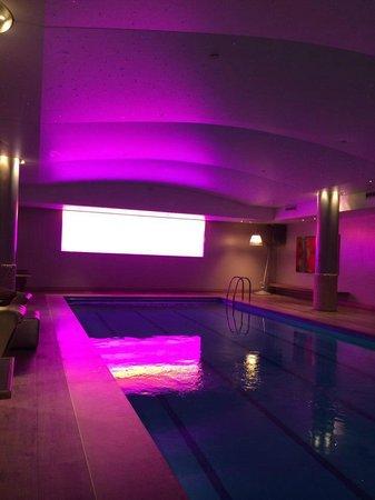 Haymarket Hotel: Piscina interna marvavilhosa com um painel de led que alterna as cores mudando o ambiente.