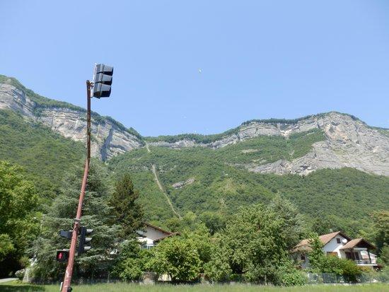 Le Funiculaire de Saint-Hilaire du Touvet : Vue sur la montée depuis le bas.
