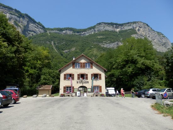 Le Funiculaire de Saint-Hilaire du Touvet : Accueil et gare du bas.