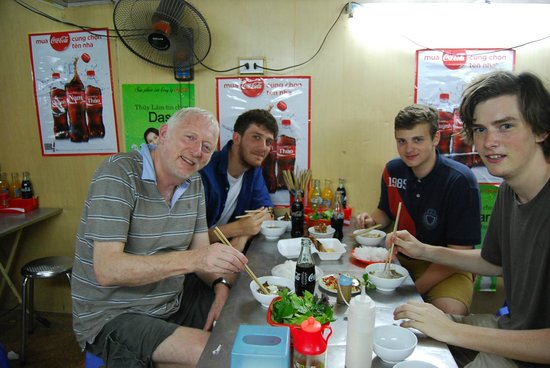 Vietnam Awesome Travel: Eating the pigeon with my three companions