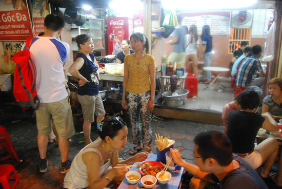 Vietnam Awesome Travel: A street restuarant