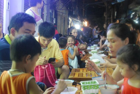 Vietnam Awesome Travel: Sitting eating on the street.