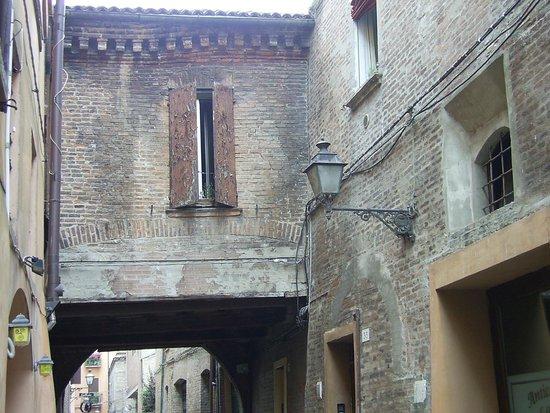 Via delle Volte: Guarda la cornice del tetto