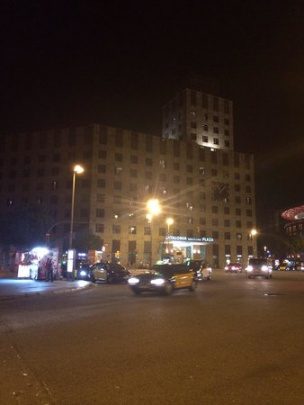 Catalonia Barcelona Plaza: Hotel at night