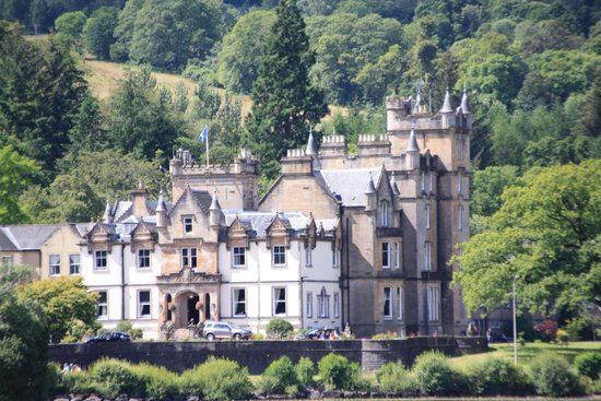 Sweeney's Cruises: One of the historic houses on the loch