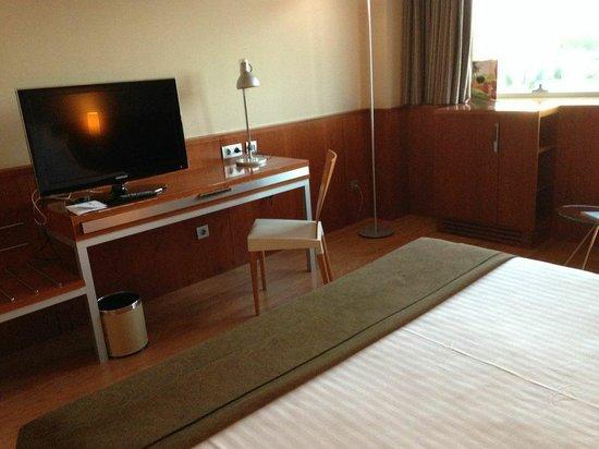 Hotel SB BCN Events : tvbord, bild från sängen