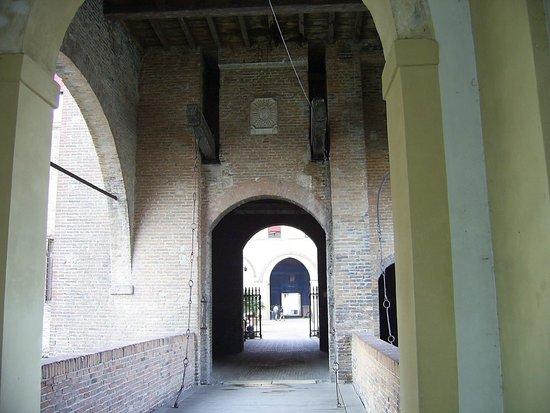 Castello Estense: Ingresso 1 ponte levatoio in fondo ingresso 2 e nel cortile a destra ingresso 3